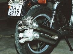 Saída de escapamento e pé de moto