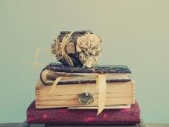 Objetos antigos ajudam a compor decoração vintage do casamento.